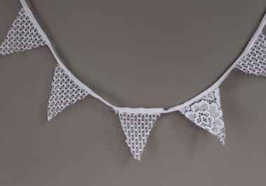 P020-white lace bunting